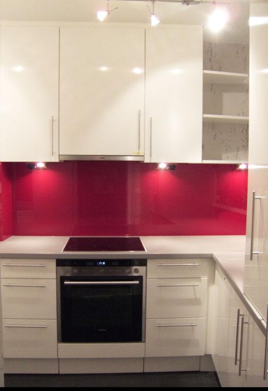 Küche mit Glasrückwand in vielen Farben möglich - Küche vom Tischler