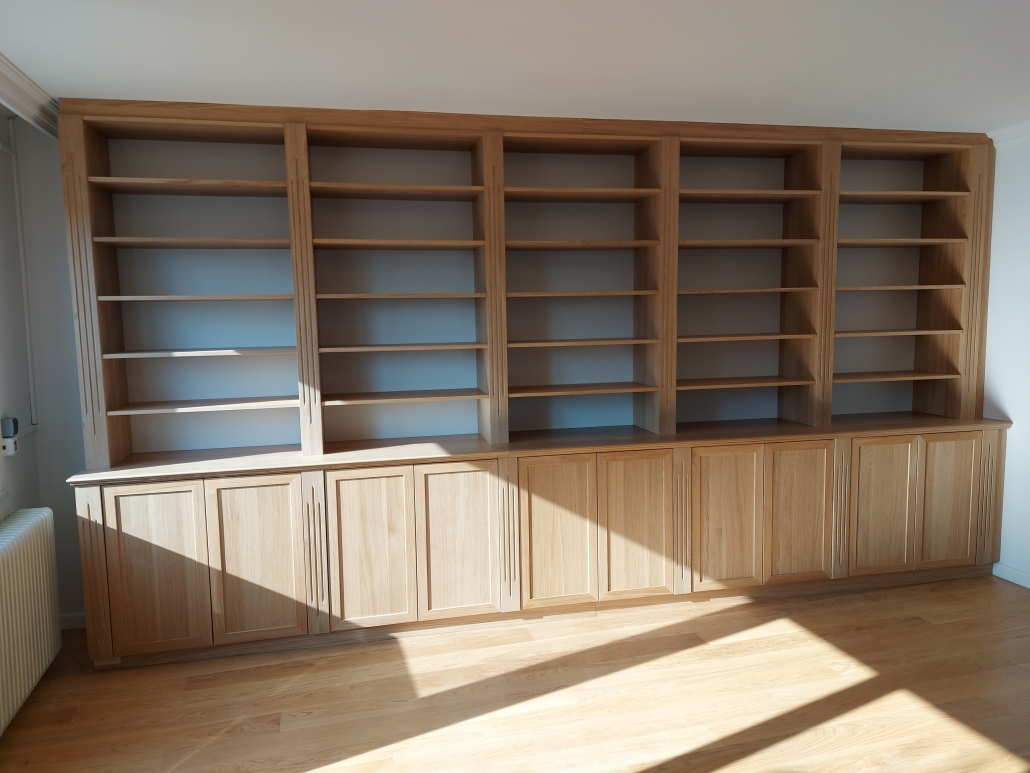 Bücherwand Spanplatte Eiche furniert natur matt lackiert.